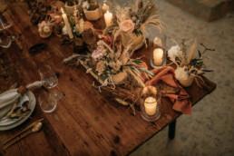 Natürliche Tischdekoration in warmen Farbtönen, geplant von Wedding Day Managerin Julia Leifheit aus München.