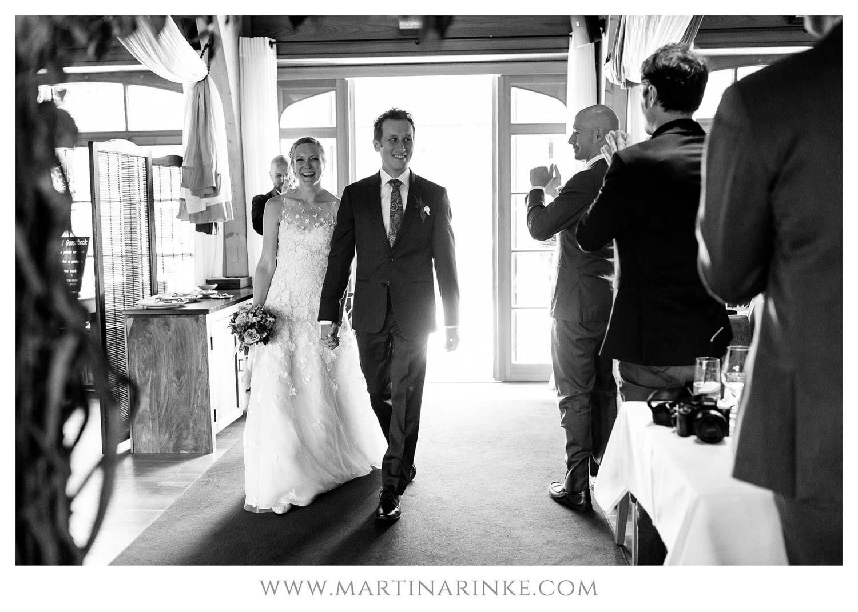 Brautpaar am Schloss Elmau beim Eintritt, Hochzeitsplanung mit Julia Leifheit Wedding Day Management aus München