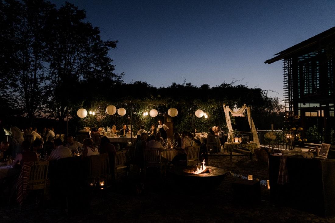 Hofgut Hafnerleiten eine sommerliche Hochzeitslocation am Abend, aufgenommen von Veronika Anna Fotografie