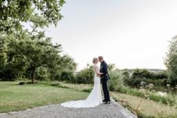 Braut und Bräutigam bei der Gartenhochzeit von Veronika Anna Fotografie für den Hochzeitsblog von yes Wedding Day Management