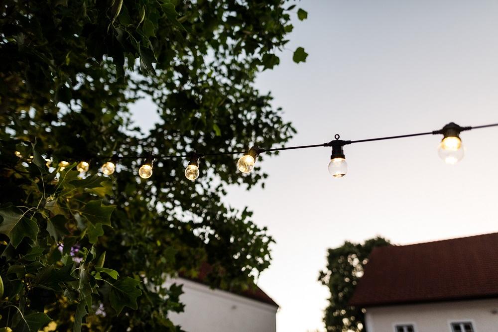 Lichterketten für eure Gartenhochzeit vom Dekoverleih mit Herz