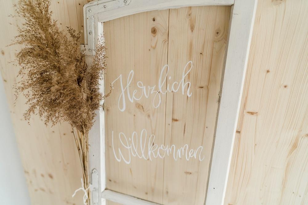 Herzlich Willkommen Schild mit Pampasgras, ideal für die Boho Hochzeit, vom Dekoverleiht mit Herz