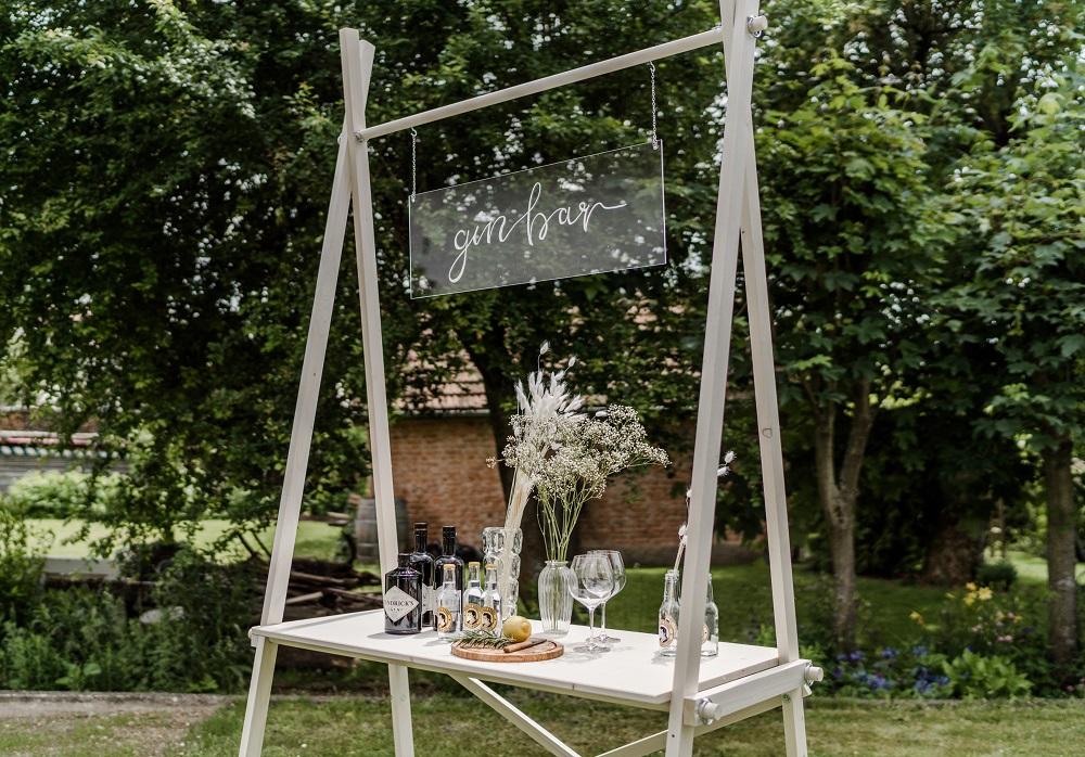 Moderne Ginbar für Gartenhochzeit vom Dekoverleih mit Herz
