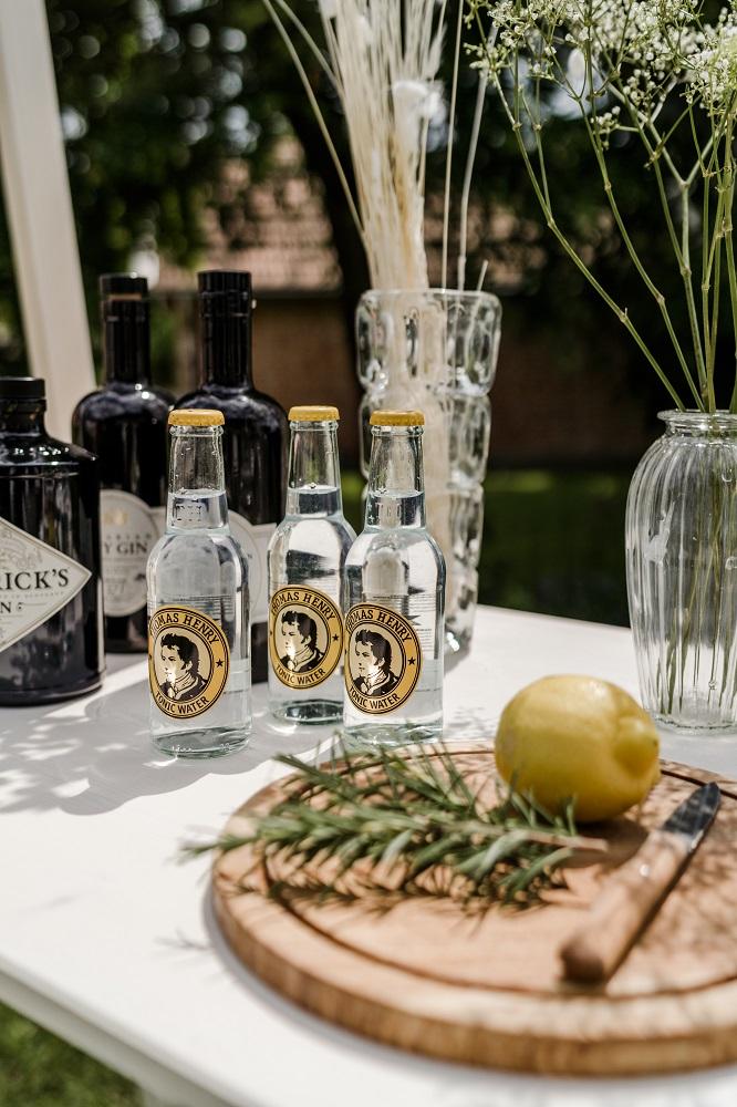 Ginbar für Gartenhochzeit mit Hendricks Gin und Thomas Henry Tonic, fotografiert von Veronika Anna Fotografie